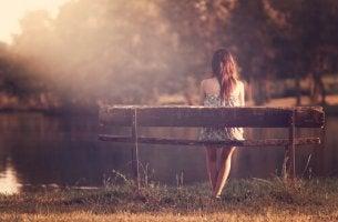 Mujer soltera sentada en un banco