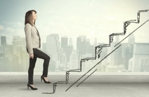 Mujer subiendo una escalera como metáfora de un ascenso profesional