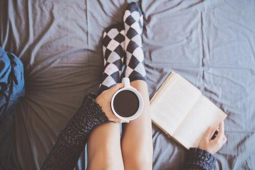 Mujer tomando café con un libro