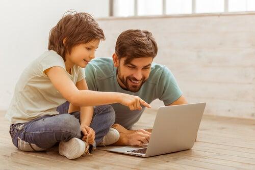 Padre con su hijo y un ordenador