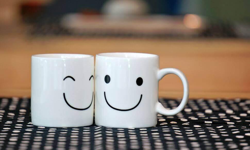Dos tazas con cara sonriente