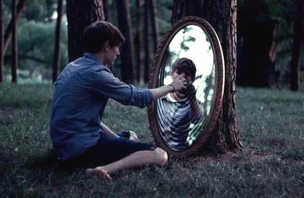 chico ante espejo