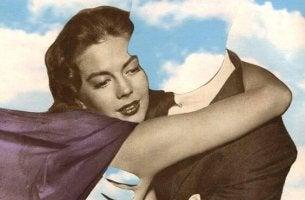 mujer abrazando hombre