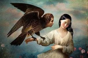Mujer con ave en la mano
