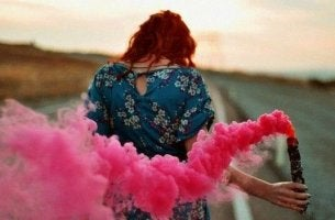 Mujer con humo rosa