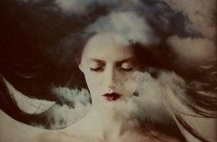 Mujer con los ojos cerrados escondiendo sus emociones