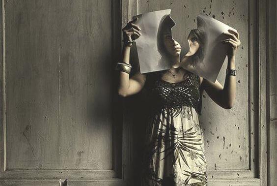 mujer cortando papel