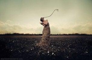 mujer con cuerdas