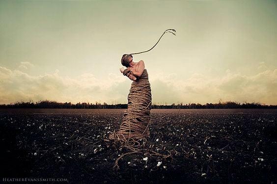 mujer con cuerdas representando a las solteras por malas experiencias