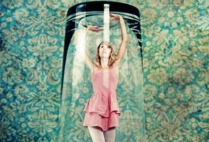 mujer en un vaso