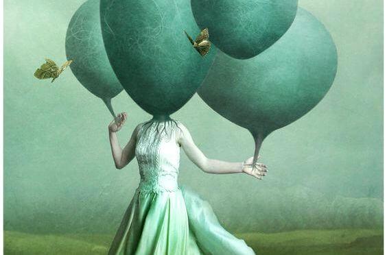 Mujer con imaginación para enfrentarse a emociones negativas