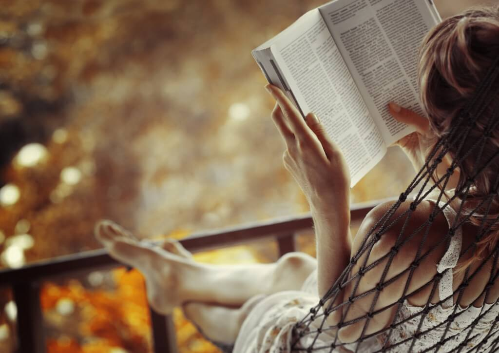 Mujer haciendo la lectura de un libro