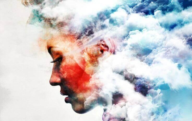 Mujer pensando en dejar de fumar