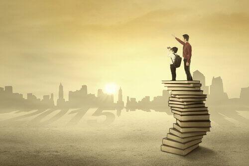Padre niño encima de libros