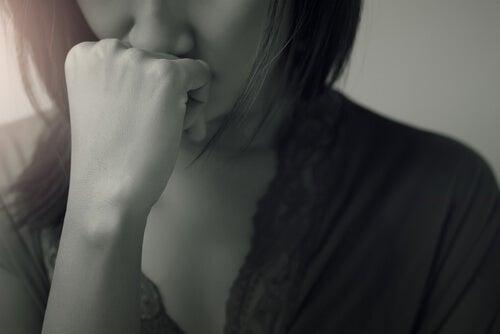 Adolescente triste por situación de crisis