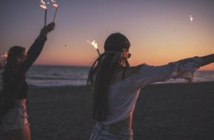 Adolescentes de fiesta en la playa