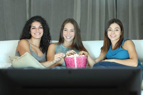 Amigas viendo películas