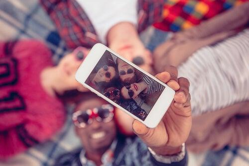 Amigos haciéndose un selfie