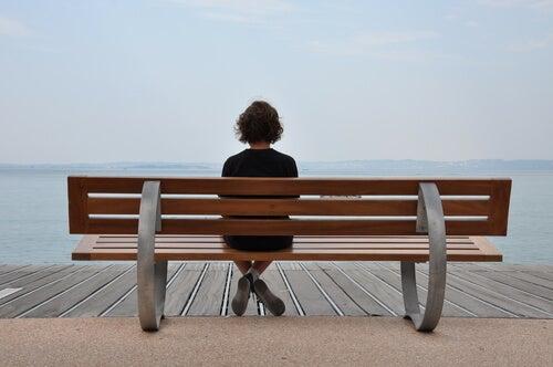 Chavala adolescente sentada en un banco