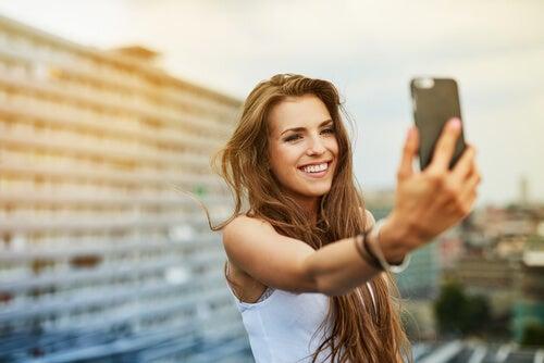 Chica haciéndose un selfie