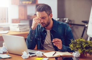 El trabajo causa estrés, hombre estresado