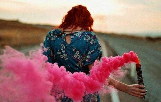 Mujer con humo rosa que huye del agotamiento psicológico