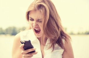 Mujer gritando al movil