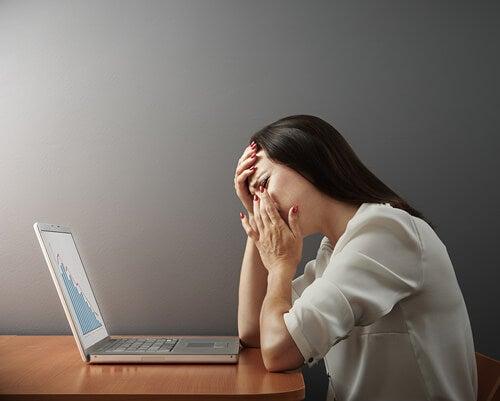 Mujer llorando delante de un ordenador