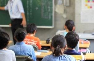 Niños en clase sentados