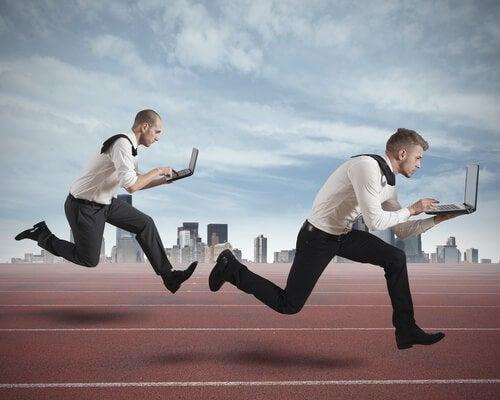 trabajadores corriendo con un ordenador