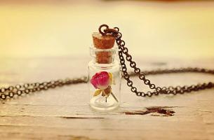 botella con rosa representando lo mínimo