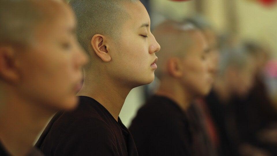monjes meditando para trabajar los 8 dharmas mundanos