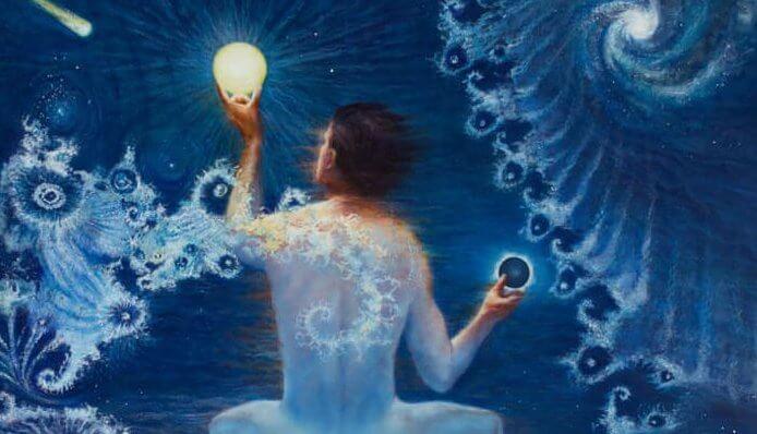 hombre con una luz en la mano simbolizando personas emocionalmente inteligentes