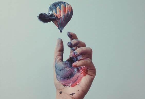 mano alcanzando globo para ser el mejor
