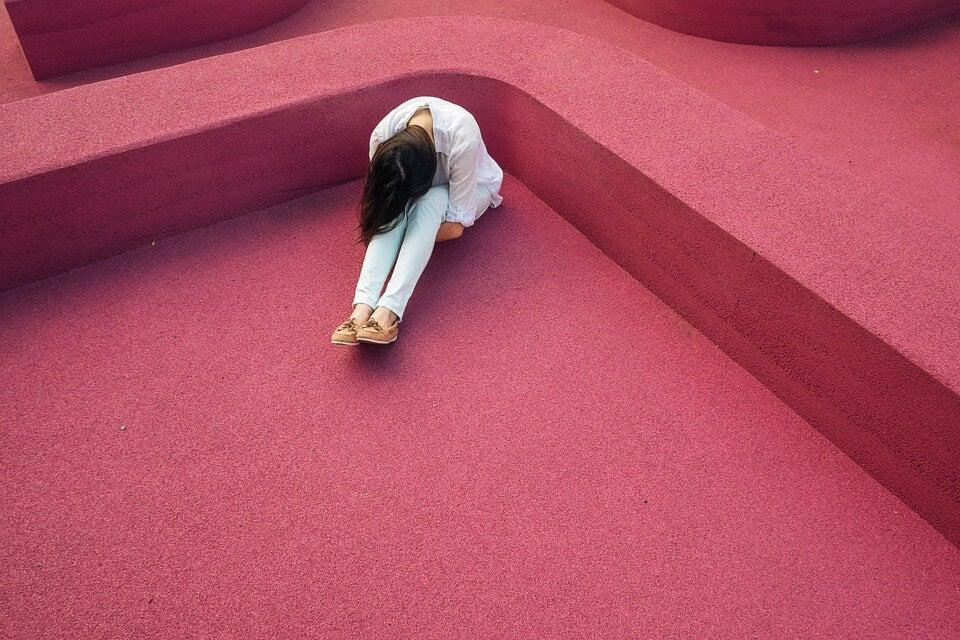 mujer-agachada-dolor