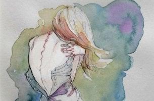 mujer abrazándose por la espalda