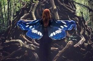 mujer con alas representando carácter proactivo