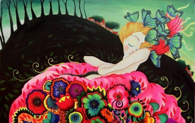 mujer con flores alejando la negatividad