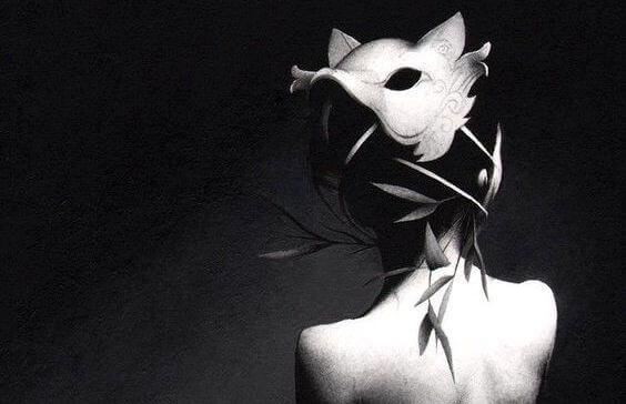 Mujer con máscara de lobo