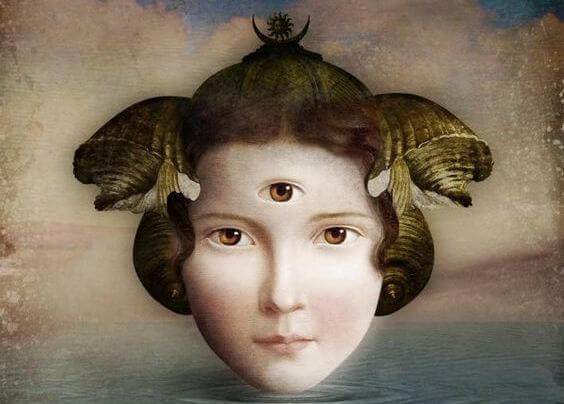 Mujer con tres ojos