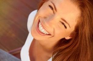 Mujer con una gran sonrisa que representa a la gente feliz