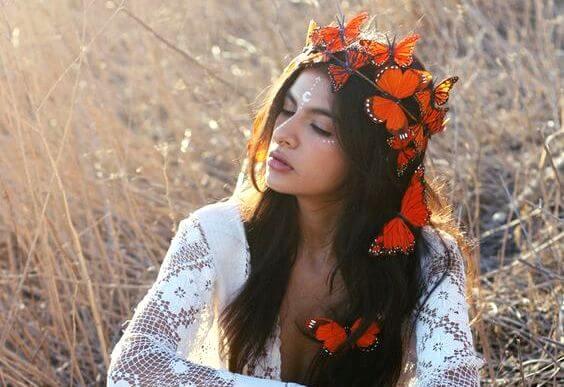 mujer corona flores