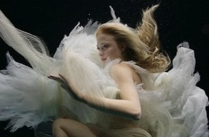 mujer debajo del agua