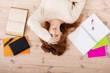 Mujer tirada en el suelo con estrés