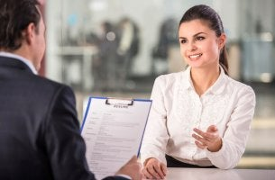 Mujer haciendo una entrevista de trabajo