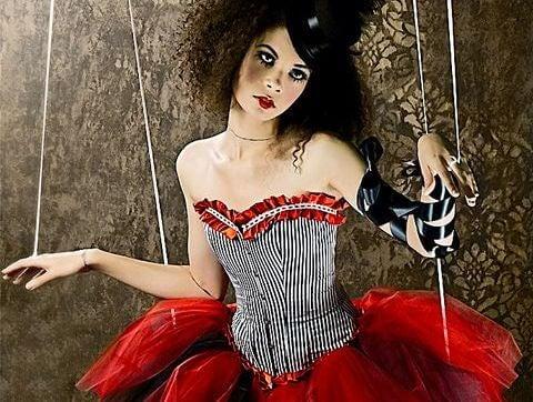 mujer marioneta