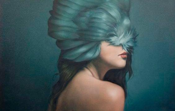 mujer pajaro en cabeza