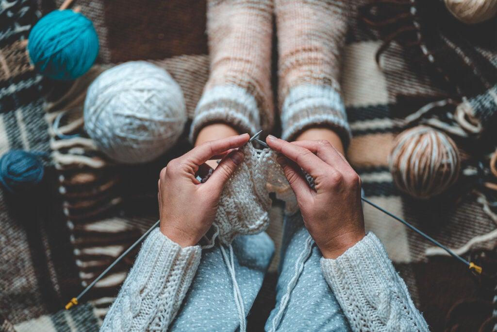 Mujer tejiendo calcetines