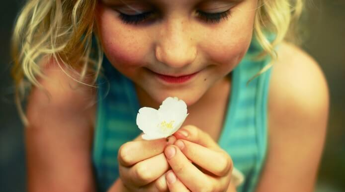 Niña con flor aprendiendo a ventilar sus emociones
