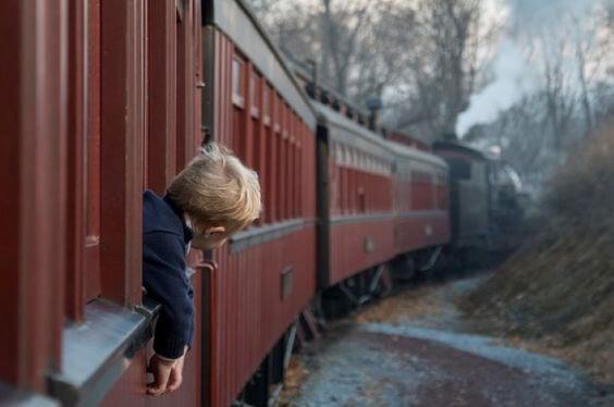 niño en tren